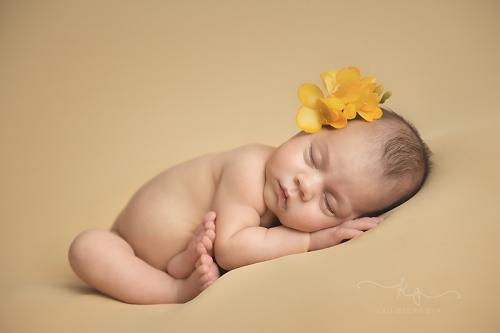 Бебешка фотосесия на новородено бебе на един месец