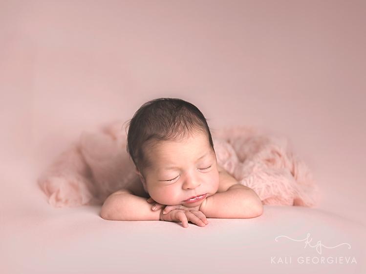 бебешка-фотосесия-новородено-момиче-в-розова-рокля